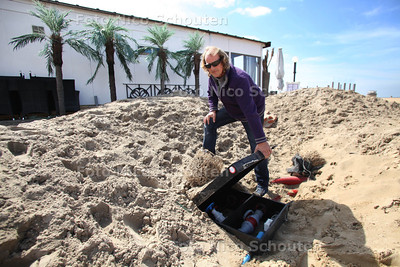 Naast standtent EscuBelle liggen brokken puin in het zand en liggen er elektrakasten (380 volt) die niet afgesloten zijn. - DEN HAAG 24 APRIL 2012 - FOTO NICO SCHOUTEN