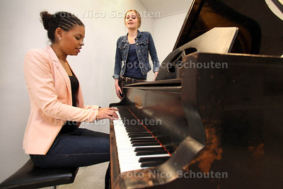 De 25 jarige Marloes Anijs (l) is haar eigen muziekschool begonnen, Musicmystyle - DEN HAAG 24 APRIL 2012 - FOTO NICO SCHOUTEN