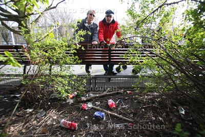 Wandeling door Rustenburg-Oostbroek. Daar is veel woonoverlast, de PvdA wil dat hij er iets aan doen. Joke en Rob Binnerts bij rommel in de bosjes van de Theresiakerk - DEN HAAG 14 APRIL 2012 - FOTO NICO SCHOUTEN