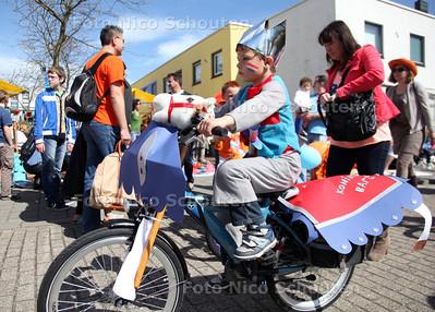 Koninginnedag - Optocht met versierde fietsjes door de wijk De Strijp - RIJSWIJK 30 APRIL 2012 - FOTO NICO SCHOUTEN