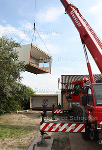 Intakelen van woonunits voor poolse arbeidsmigranten bij amarylliskweker Knoppert - 'S GARVENZANDE 13 AUGUSTUS 2012 - FOTO NICO SCHOUTEN