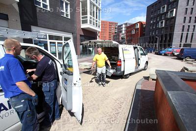 In het nieuwe winkelcentrum van Oosterheem wordt heel druk gewerkt om alle winkels in te richten - ZOETERMEER 31 AUGUSTUS 2012 - FOTO NICO SCHOUTEN