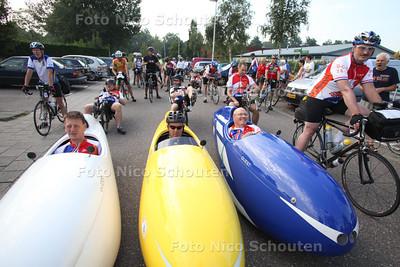 Start Dutch Capital Tour fietsers - Er vertrekken zo''n 37 wielrenners/tourfietsers voor een tour langs de hoofdsteden van nederlandse provincies, t/m zondag zijn ze weg - ZOETERMEER 14 AUGUSTUS 2012 - FOTO NICO SCHOUTEN