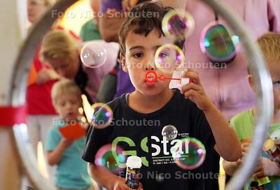 Kinderspelen tijdens feestweek - Ryano aan het bellen blazen - WASSENAAR 9 AUGUSTUS 2012 - FOTO NICO SCHOUTEN