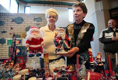 Actie Roemeniëwerkgroep in de Ichthuskerk. Daar houdt de Roemenië-werkgroep en kerstmarkt, wordt er van alles verkocht voor het goede doel - ZOETERMEER 8 DECEMBER 2012 - FOTO NICO SCHOUTEN