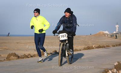 West Coast Challenge, 128 km hardlopen/fietsen in duo's, van Den Helder naar Hoek van Holland - DEN HAAG 8 DECEMBER 2012 - FOTO NICO SCHOUTEN