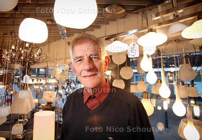 De lampenman Piet de Borst gaat met pensioen en de lichtjes in de winkel gaan definitief uit - DEN HAAG 5 DECEMBER 2012 - FOTO NICO SCHOUTEN