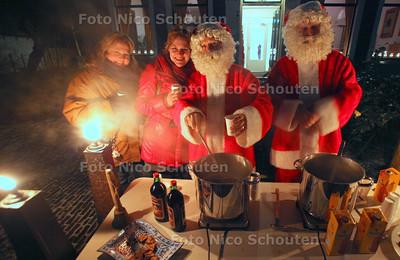 Kaarsjesavond in de Dorpsstraat - voor het Stadsmuseum deelden Kerstmannen gratis Gluhwein en chocolademelk uit - ZOETERMEER 11 DECEMBER 2012 - FOTO NICO SCHOUTEN