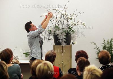 Toparrangeur Danny Steenland geeft een bloemschikworkshop, op uitnodinging van Groei en Bloei - NAALDWIJK 12 DECEMBER 2012 - FOTO NICO SCHOUTEN