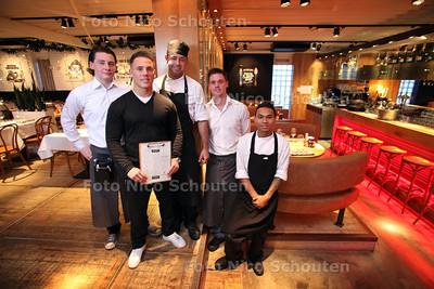 Restaurant The Fish Club, Kijkduin. Eigenaar/bedrijfsleider Yoeri de Jong (voor). Chef kok Wesley Leder (midden) - DEN HAAG 4 DECEMBER 2012- FOTO NICO SCHOUTEN