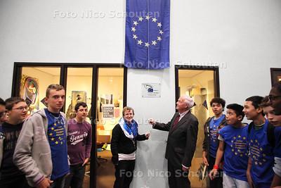 Onthullen van de plaquette - Het Picasso Lyceum is benoemd tot 'Europees Parlement Ambassadeur School' van de Europese Unie. Met succes hebben 28 leerlingen het programma 'Een 10 voor Europa afgerond' - ZOETERMEER 14 DECEMBER 2012 - FOTO NICO SCHOUTEN