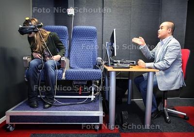 CleVR BV - Vliegsimulatie voor mensen met vliegangst - Gunter Sandino bedient de simulator - DELFT 17 DECEMBER 2012 - FOTO NICO SCHOUTEN