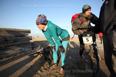 West Coast Challenge, 128 km hardlopen/fietsen in duo's, van Den Helder naar Hoek van Holland. Even uitpuffen bij de uitdeelpost (zonder gele vrachtwagen van de KNRM) - DEN HAAG 8 DECEMBER 2012 - FOTO NICO SCHOUTEN
