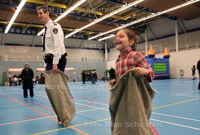 Mini Politiedag in sporthal het zandje aan de Schimmelweg (Spoorwijk). Doel is om vooral lokale jeugd te binden, Via kleinschalige activiteiten waaronde zaklopen - DEN HAAG 29 FEBRUARI 2012 - FOTO NICO SCHOUTEN
