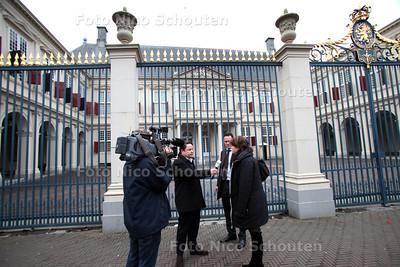 Prins Johan Friso in ziekenhuis - Cameraploeg van de NOS interviewt mensen voor paleis Noordeinde - DEN HAAG 17 FEBRUARI 2012 - FOTO NICO SCHOUTEN