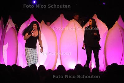 Talentenjacht bij Stedelijk College (Dreams) - Openingsact van docenten Dolf Vlek en Yvette Taapken - ZOETERMEER 22 FEBRUARI 2012 - FOTO NICO SCHOUTEN