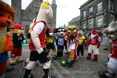 Mascottes van de betaald voetbalclubs op het Binnenhof  - DEN HAAG 28 FEBRUARI 2012 - FOTO NICO SCHOUTEN