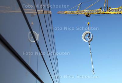 Windmolens geplaast op het dak van het kantoor van Nutricia - ZOETERMEER 24 FEBRUARI 2012 - FOTO NICO SCHOUTEN