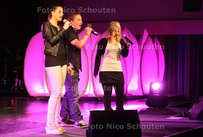 Talentenjacht bij Stedelijk College (Dreams) - Kimberly Rezek, Benjamin Schneider en Jeanine Schneider met Ave Maria - ZOETERMEER 22 FEBRUARI 2012 - FOTO NICO SCHOUTEN
