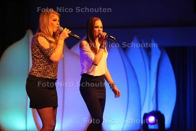 Talentenjacht bij Stedelijk College (Dreams) - Julie Winkel en Chelsea Keijzer met Sweet Dreams - ZOETERMEER 22 FEBRUARI 2012 - FOTO NICO SCHOUTEN
