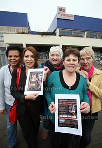 De vrijwilligsters van de Internationale Vrouwendag Zoetermeer moeten elk jaar weer op zoek naar een geschikte en betaalbare locatie om de Vrouwendag op 8 maart te houden. Dit jaar is het het Stedelijk College geworden. Vlnr Lies Hoogland, Diana Vlet, Marjon van Leeuwen, Antony Crama en Eva Jonker - ZOETERMEER 16 FEBRUARI 2012 - FOTO NICO SCHOUTEN