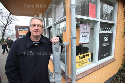 Cor Verbree bij de entree van Sportpark Polanen. Hij verlaat uit onvrede het bestuur - MONSTER 18 FEBRUARI 2012 - FOTO NICO SCHOUTEN