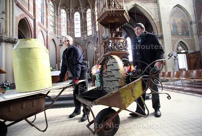 De Bartholomeuskerk wordt gerenoveerd. Ab Rolvink (l) en Koster Jan Oudshoorn voeren rommel van zolder af - NOOTDORP 20 FEBRUARI 2012 - FOTO NICO SCHOUTEN