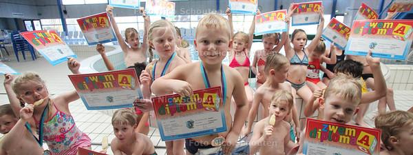 50.000-ste zwemdiplomauitreiking in zwembad De Hoge Bomen aan Jordy Pex (midden) - NAALDWIJK 24 FEBRUARI 2012 - FOTO NICO SCHOUTEN
