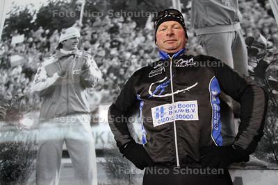 Schaatser Richard Stolwijk, op de ijsbaan van De Uithof voor een foto van schaatsheld Hein Vergeer - DEN HAAG 18 FEBRUARI 2012 - FOTO NICO SCHOUTEN