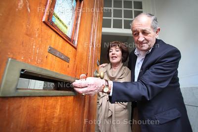 De heer en mevrouw Jonker zijn verontwaardigd wegens te late (of geen) bezorging van de post - DEN HAAG 11 JANUARI 2012 - FOTO NICO SCHOUTEN