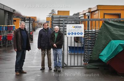 Stompwijker Koos van Brecht, Peter van Peski en Albert van Leeuwen (vlnr) protesteren al enige tijd tegen de nu strenge handhavingsbeleid van de gemeente om allerlei uitbouwen en bedrijfsgebouwtjes weg te halen, terwijl de vaste aannemer (Schouten de Jong) van de gemeente juist in dit buitengebied mag uitbreiden. De buurt vindt dat de gemeente met twee maten meet - STOMPWIJK 11 JANUARI 2012 - FOTO NICO SCHOUTEN