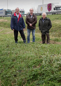 vlnr Bart Carpentier Alting (directeur Vlietland), Ed Krijgsman (Vrienden van Vlietland) en Wim ter Keurs willen een geluidswerende voorziening tussen recreatiegebied Vlietland en rijksweg A4 hebben - LEIDSCHENDAM 24 JANUARI 2012 - FOTO NICO SCHOUTEN