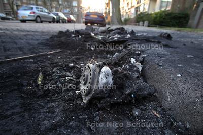 In het wijkje (Escamp) zijn in totaal 4 auto's in de brand gestoken. Hier de stille getuige van een autobrand op de Schependreef- DEN HAAG 16 JANUARI 2012 - FOTO NICO SCHOUTEN