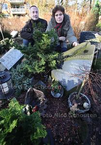 honkbalknuppel verdwenen van graf van Ewoud van der Ham. De ouders bij het graf - WASSENAAR 17 JANUARI 2012 - FOTO NICO SCHOUTEN