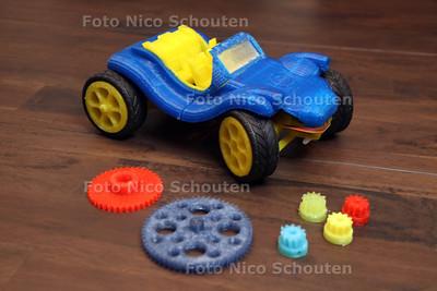 Twee jongens zijn een bedrijfje in 3D-print onderdelen begonnen. Martijn Witte en Bart Meijer - DEN HAAG 12 JANUARI 2012 - FOTO NICO SCHOUTEN