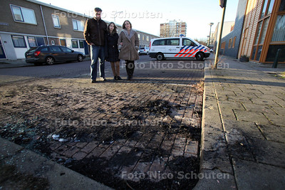De auto Van Carla Kroes en haar man is zondag in brand gestoken. In de wijk zijn intotaal 4 auto's afgebrand - DEN HAAG 16 JANUARI 2012 - FOTO NICO SCHOUTEN