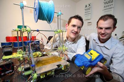 Twee jongens zijn een bedrijfje in 3D-print onderdelen begonnen. Martijn Witte (R) en Bart Meijer - DEN HAAG 12 JANUARI 2012 - FOTO NICO SCHOUTEN