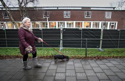 Zwart hek op genemuidestraat bij voormalig stadsdeelkantoor - Het hek is er geplaatst omdat omwonenden geen daklozen voor hun huis wilden zien lopen. In het voormalig stadsdeelkantoor is namelijk een winteropvang voor daklozen gevestigd - DEN HAAG 18 JANUARI 2011 - FOTO NICO SCHOUTEN