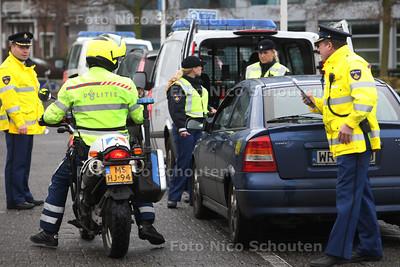 Grote verkeerscontrolle door de Politie Scheveningen op het Churchillplein. De bedoeling was op de Statenlaan maar omdat daar te veel auto's geparkeerd stonden hadden ze de controlle verplaatst naar het Churchillplein - DEN HAAG 12 JANUARI 2012 - FOTO NICO SCHOUTEN