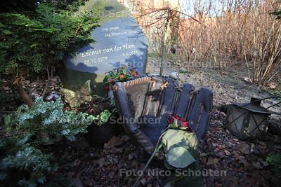 honkbalknuppel verdwenen van graf van Ewoud van der Ham - WASSENAAR 17 JANUARI 2012 - FOTO NICO SCHOUTEN