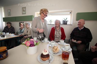 WONEN 2 -  Mevrouw van der Spek tijdens de gezamenlijke koffieochtend van de woonrgoep - ZOETERMEER 31 JANUARI 2012 - FOTO NICO SCHOUTEN