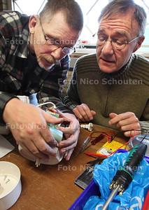 In 2012 zal het Repair Café op diverse Haagse stadsboerderijen te vinden zijn. De eerste editie is in de Woelige Stal in het Transvaalpark. Repair Café's zijn in diverse Nederlandse gemeenten al een begrip. Iedereen kan er langskomen met kapotte spullen. Deskundige vrijwilligers doen ter plekke een poging ze te repareren, op zo'n manier dat de eigenaar daar iets van opsteekt. Dankzij de Repair Café's wordt de afvalberg niet nodeloos vergroot en worden buurtbewoners bij elkaar gebracht. - John en Huib repareren een keukenmachientje - DEN HAAG 14 JANUARI 2012 - FOTO NICO SCHOUTEN