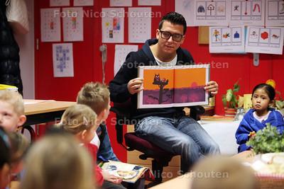 Jan Smit (met bril) leest voor op basisschool de Oostwijzer - ZOETERMEER 18 JANUARI 2012 - FOTO NICO SCHOUTEN