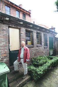 Ingebroken bij Marlotkerk. Hûb Redegeld de dichtgespijkerde deur - DEN HAAG 2 JULI 2012 - FOTO NICO SCHOUTEN