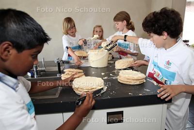 Installatie kinderpanel onderwijs. Kinderen gaan het bestuur van de scholen adviseren over talentontwikkeling. Ze gingen ool taarten maken - DEN HAAG 20 JUNI 1012 - FOTO NICO SCHOUTEN