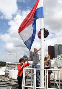 Nieuw geslaagde vmbo'ers hijsen de vlag op het stadhuis - DEN HAAG 13 MEI 2012 - FOTO NICO SCHOUTEN