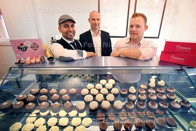 Alex de Ruijter(r) en Viran Tilakdhari (l) van Cup Cake Chic zijn dolblij met hun coach Marc Hoogvliet - DEN HAAG 21 JUNI 2012 - FOTO NICO SCCHOUTEN
