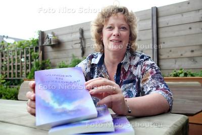 Schrijfster Yvonne Kersten die net een nieuwe verhalenbundel (Vlinders en prikkeldraad) heeft geschreven - ZOETERMEER 25 JUNI 2012 - FOTO NICO SCHOUTEN