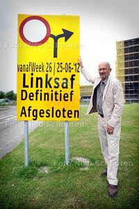 Jochem den Dulk (raadslid Zoetermeer) gaat de verkeerschaos aan de kaak stellen - Den Dulk bij een bord op de Leidsewallen dat de wegafsluiting van de Du Meelaan aankondigt - ZOETERMEER 25 JUNI 2012 - FOTO NICO SCHOUTEN