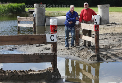 Op de Vlietlanden wordt een parcours uitgezet voor een groot hippisch evenement. voorzitter Ton Spaan (l) en parcoursbouwer Kees de Jong bij een spectaculair deel van het parcours - LEIDEN 13 JUNI 2012 - FOTO NICO SCHOUTEN